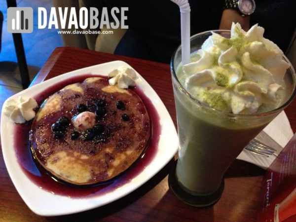 McDaddy's Cafe blueberry pancakes and green tea smoothie